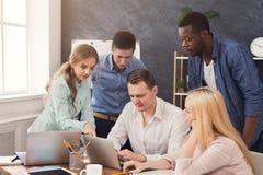 Firm coworkers dyskutuje pomysły w biurze Obraz Royalty Free