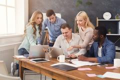 Firm coworkers dyskutuje pomysły w biurze Zdjęcie Stock
