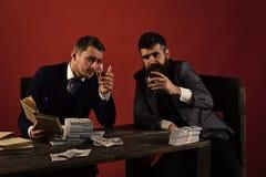 Firma świętuje biznesowego zysk, pomyślna transakcja Biznesmeni dyskutuje bezprawną transakcję podczas gdy pijący i dymiący, czer obrazy royalty free