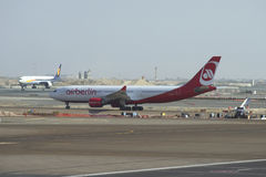 Firma Air Berlin Airbusses A330 (D-ALPD) auf dem Asphalt von Abu Dhabi-Flughafen Stockfotos