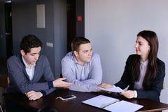 Firma asekuracyjni agenci kobiety i mężczyzna przygotowywa opinię dalej Zdjęcie Stock