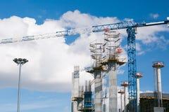 Firma budowlana buduje stadium dla futbolowych rywalizacj Pracujący żurawie przeciw tłu niebo beton fotografia royalty free