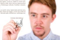 Firma de la carta del hombre de negocios Fotografía de archivo