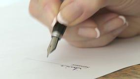 Firma de la escritura de la mujer almacen de metraje de vídeo