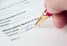 Firma de los documentos Fotografía de archivo libre de regalías
