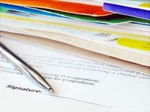 Firma de un contrato. Fotos de archivo libres de regalías
