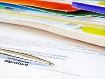 Firma de un contrato. Foto de archivo libre de regalías