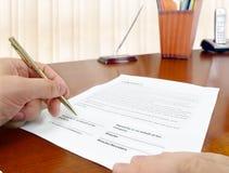 Firma de un contrato. Foto de archivo