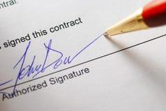 Firma de un contrato Imágenes de archivo libres de regalías