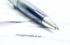 Firma de un contrato. Imagen de archivo libre de regalías