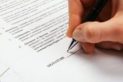 Firma de un contrato de licencia genérico imagen de archivo
