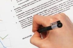 Firma de un contrato de licencia genérico imagenes de archivo