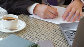 Firma de un contrato durante un almuerzo de negocios metrajes