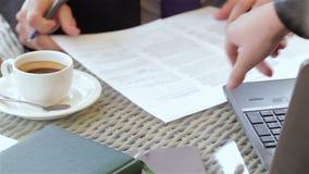 Firma de un contrato durante un descanso para tomar café almacen de metraje de vídeo