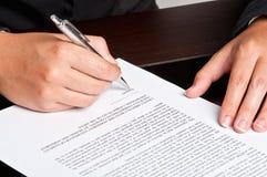 Firma de un documento foto de archivo