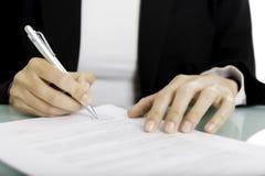 Firma de un documento Imagen de archivo libre de regalías