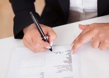 Firma de un documento Foto de archivo libre de regalías