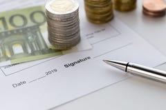 Firma de un documento Temas de la recompensa del efectivo, remuneración del seguro imagenes de archivo