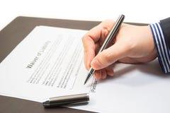 Firma de una renuncia de la forma de la responsabilidad imágenes de archivo libres de regalías