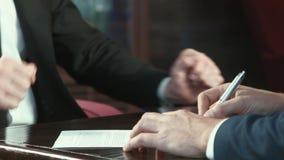 Firma del contrato almacen de metraje de vídeo