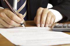 Firma del contrato de las propiedades inmobiliarias Imagen de archivo libre de regalías