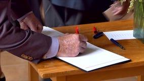 Firma del libro commemorativo ad un funerale video d archivio