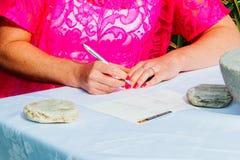 Firma del registro di matrimonio o del libro di ospite fotografia stock libera da diritti