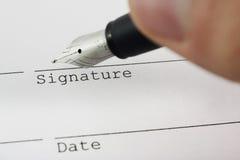 Firma del reparto con la pluma Imágenes de archivo libres de regalías