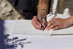 Firma della sposa fotografia stock libera da diritti