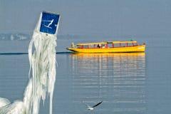 Firma der Schweiz Genf von traditionellen Booten lässt eine Seenavigation laufen Stockbilder