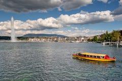 Firma der Schweiz Genf von traditionellen Booten lässt eine Seenavigation laufen Stockfoto