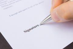 Firma di scrittura della penna di tenuta delle dita Fotografie Stock Libere da Diritti