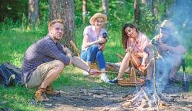 Firma, die Wanderungspicknick-Naturhintergrund hat Wanderer, die Eindruck des Wegs und des Essens teilen Sommerwanderung Picknick lizenzfreies stockfoto