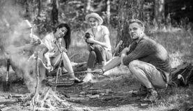Firma, die Wanderungspicknick-Naturhintergrund hat Wanderer, die Eindruck des Wegs und des Essens teilen Sommerwanderung Picknick stockfotos