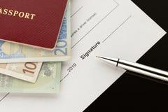 Firma, firmando un documento Pasaporte con los billetes de banco euro imágenes de archivo libres de regalías