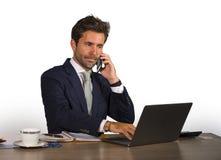 Firma korporacyjny odosobniony portret młody przystojny i atrakcyjny biznesmen pracuje przy biurowym biurkiem opowiada na telefon obraz royalty free