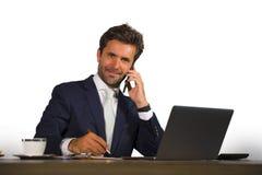 Firma korporacyjny odosobniony portret młody przystojny i atrakcyjny biznesmen pracuje przy biurowym biurkiem opowiada na telefon obraz stock