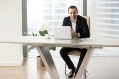 Firma lider pracuje na komputerze przy miejscem pracy zdjęcie stock