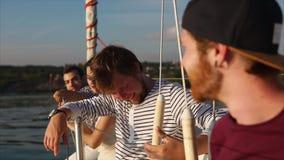 Firma młodzi i śliczni przyjaciele cieszy się jacht przejażdżkę podczas dnia zbiory