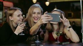 Firma młodzi ludzie bierze selfie i clinking szkła w barze zdjęcie wideo