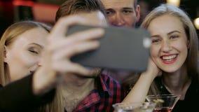 Firma młodzi ludzie bierze selfie w barze zbiory wideo
