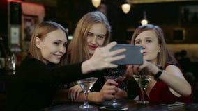 Firma młodzi ludzie bierze selfie w barze zdjęcie wideo