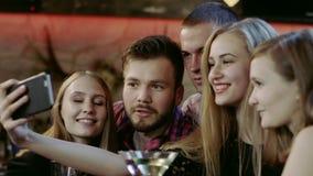 Firma młodzi ludzie bierze selfie w barze zbiory
