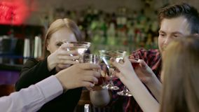 Firma młodzi ludzie jest gawędząca i uśmiechnięta w barze zdjęcie wideo