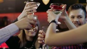Firma młodzi ludzie jest gawędząca i uśmiechnięta w barze zbiory wideo