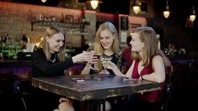 Firma młodzi ludzie jest gawędząca szkła w barze i clinking zbiory wideo