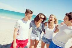 Firma młodzi ludzie na plaży obraz stock