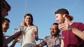 Firma młodzi przyjaciele cieszy się świętujący urodziny na jachcie w dniu zdjęcie wideo