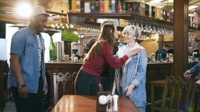 Firma młodzi wielo- etniczni przyjaciele przychodzi pub i wita each inny, bar zdjęcie wideo