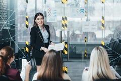Firma posuwający się naprzód kursu treningowego biznesu trener obraz stock